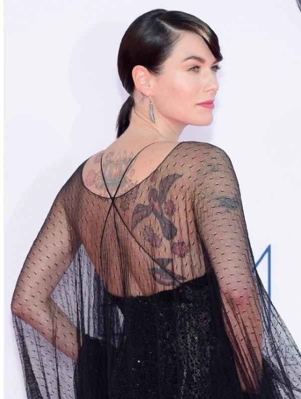 Lena Headey, charme e tatuaggi sul red carpet degli Emmy 2012