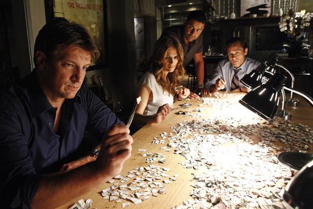 Castle: Jon Huertas, Nathan Fillion, Seamus Dever e Stana Katic in una scena dell'episodio After the Storm, premiere della stagione 5