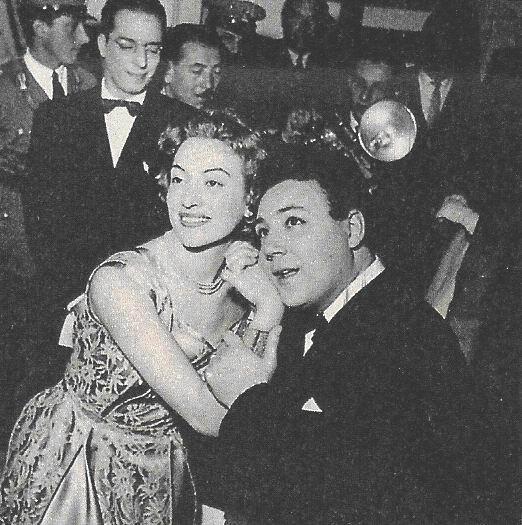 Sanremo 1955 - il vincitore Claudio Villa con la conduttrice Maria Teresa Ruta.