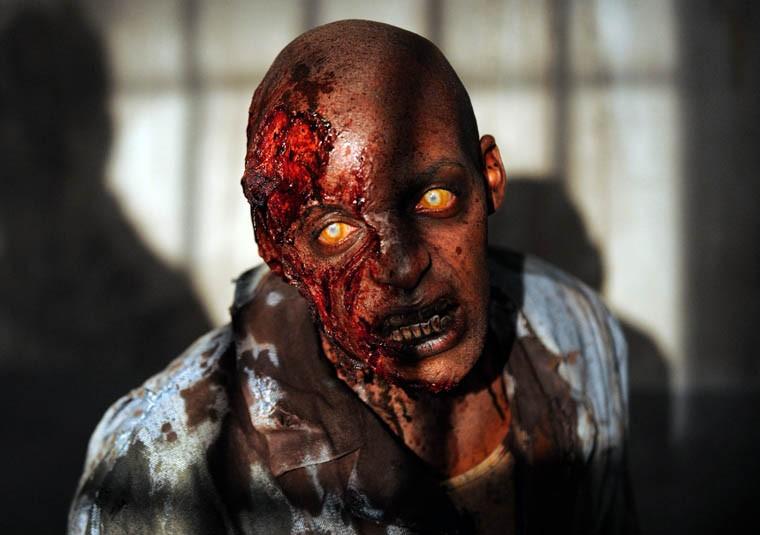The Walking Dead: uno zombie dell'episodio Seed, premiere stagione 3