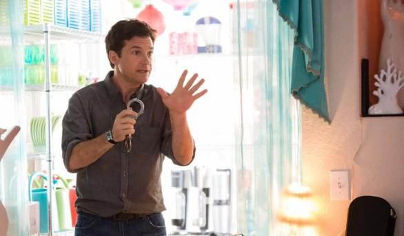 Jason Bateman con un paio di manette in una scena di Identity Thief