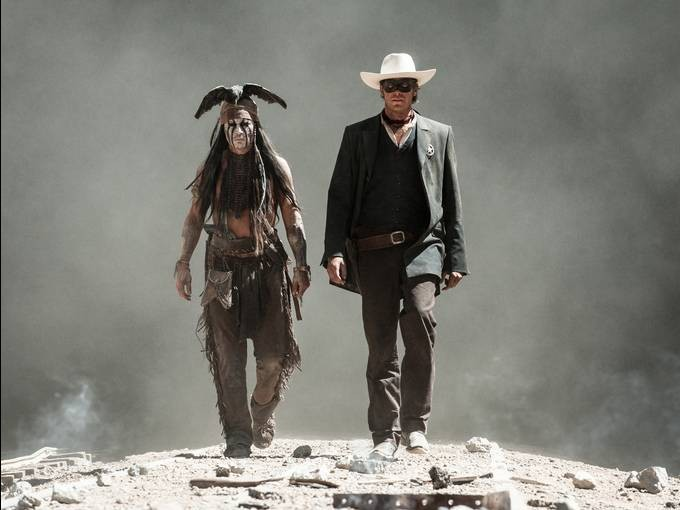 The Lone Ranger: Johnny Depp ed Armie Hammer camminano fianco a fianco in una scena del film