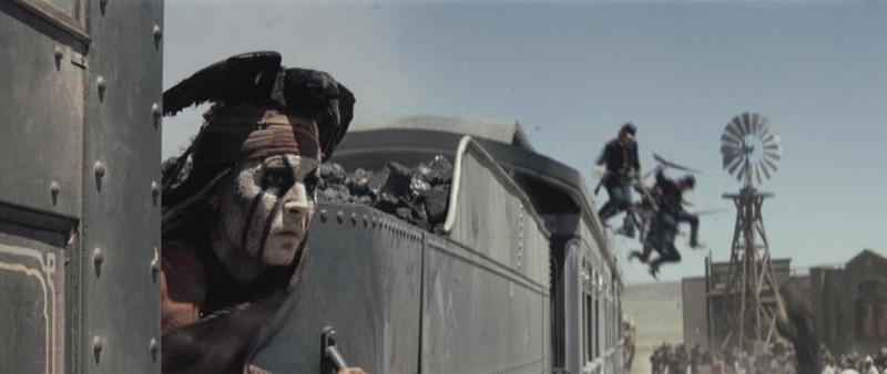 The Lone Ranger: un primo piano di Johnny Depp in azione sul treno in corsa