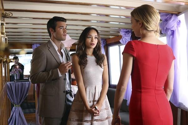 Ashley Madekwe, Joshua Bowman e Emily VanCamp in un momento dell'episodio Destiny della seconda stagione della serie TV Revenge