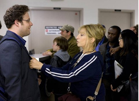 Barbra Streisand si stema il colletto di Seth Rogen in una scena di The Guilt Trip