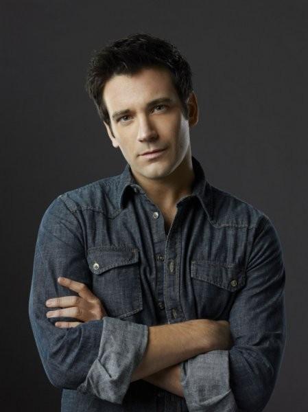 Colin Donnell in una foto promozionale della prima stagione di Arrow