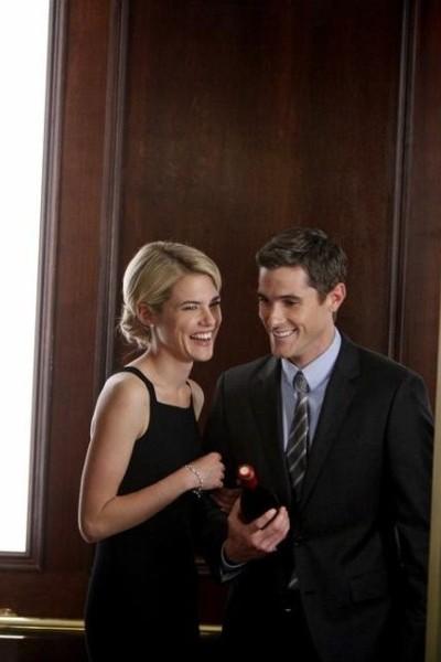 Dave Annable insieme a Rachel Taylor in una scena dell'episodio Murmurations della prima stagione di 666 Park Avenue