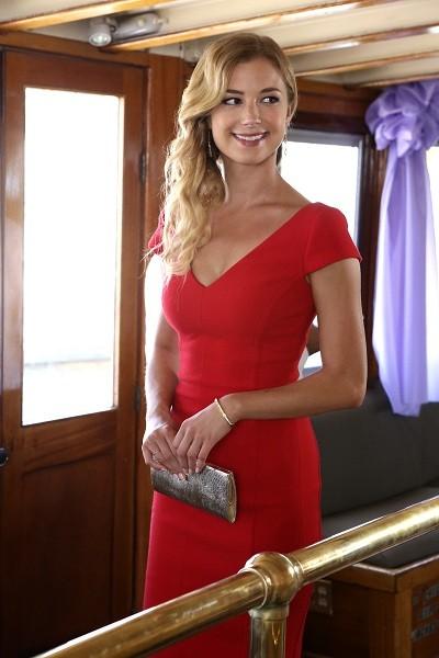 Emily VanCamp in un momento dell'episodio Destiny della seconda stagione della serie TV Revenge