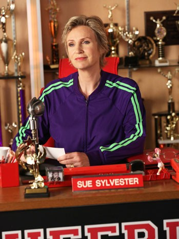 Jane Lynch durante una scena dell'episodio Makeover della terza stagione di Glee