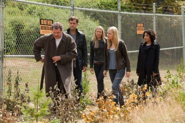 Joshua Jackson, Georgina Haig, Jasika Nicole, John Noble e Anna Torv in una scena dell'episodio In Absentia della quinta stagione di Fringe