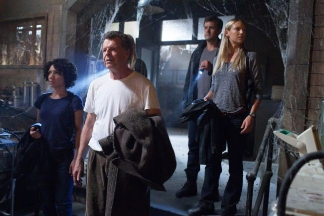 Joshua Jackson, Jasika Nicole, John Noble e Anna Torv in una scena dell'episodio In Absentia della quinta stagione di Fringe