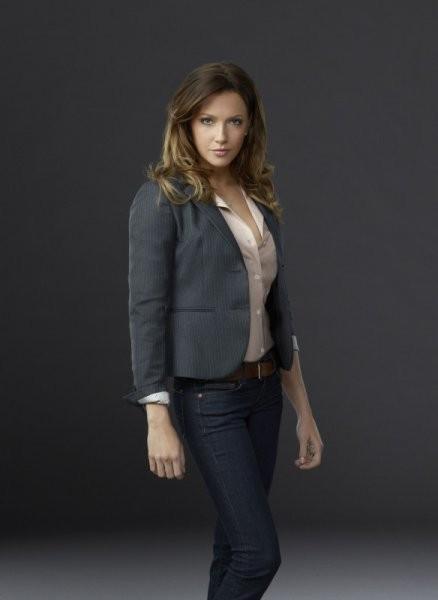 Katie Cassidy in una foto promozionale della prima stagione di Arrow