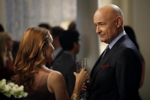 Mili Avital con Terry O'Quinn in una scena dell'episodio Murmurations della prima stagione di 666 Park Avenue