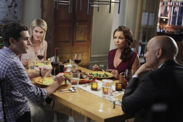 Rachel Taylor, Dave Annable, Terry O'Quinn insieme a Vanessa Williams in una scena dell'episodio Murmurations della prima stagione di 666 Park Avenue