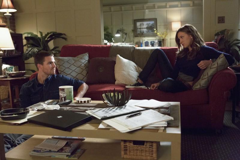 Stephen Amell e Katie Cassidy in una scena dell'episodio Honor Thy Father della serie TV Arrow