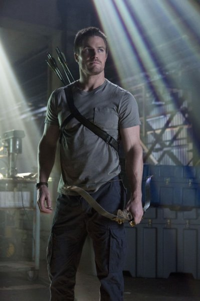 Stephen Amell in un momento del pilot di Arrow