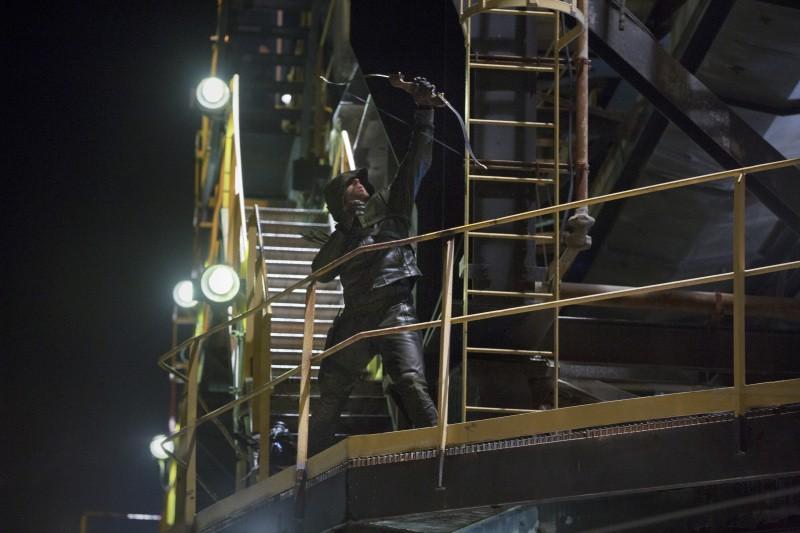 Stephen Amell in un momento dell'episodio Honor Thy Father della serie TV Arrow