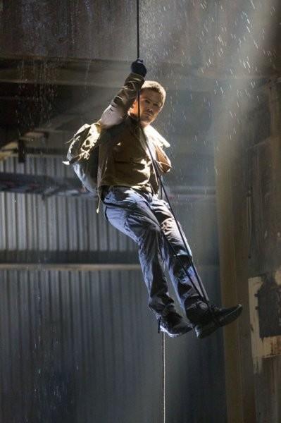 Stephen Amell in una scena del primo episodio di Arrow