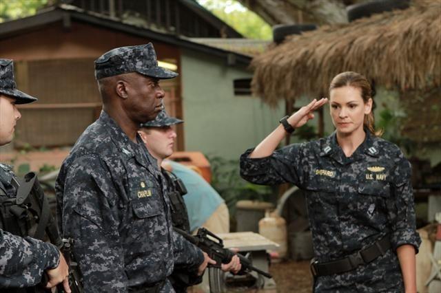 Andre Braugher e Daisy Betts in una scena dell'episodio Blue on Blue della prima stagione di Last Resort