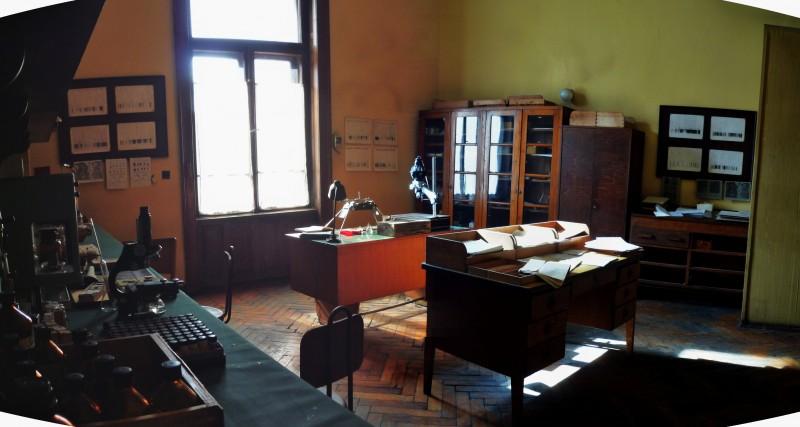 Il Commissario Nardone - scenografia di G. Pirrotta - laboratorio di polizia scientifica di Spitz