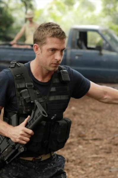 Scott Speedman in una scena dell'episodio Blue on Blue della prima stagione di Last Resort