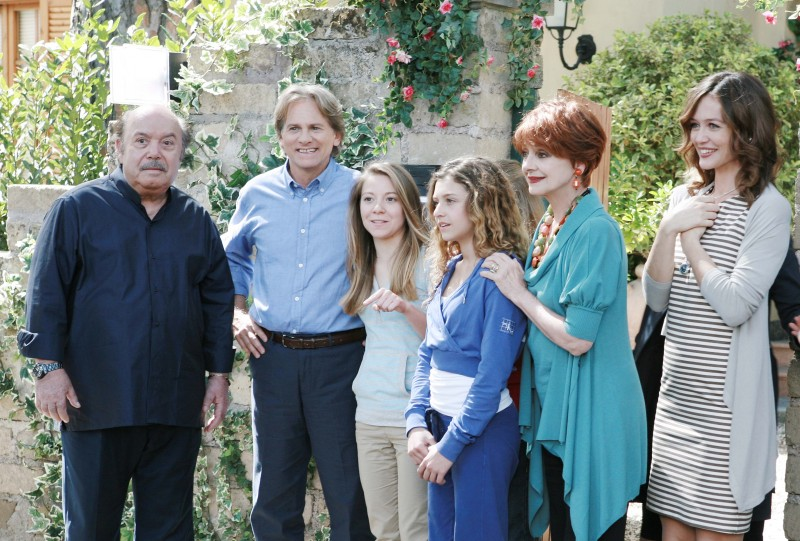 Un medico in famiglia 8: Lino Banfi, Giulio Scarpati, Eleonora Cadeddu, Milena Vukotic, Francesca Cavallin e Yana Mosiychuk in una foto di gruppo
