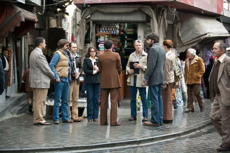Argo: Ben Affleck in una scena del film con Tate Donovan, Clea DuVall e Rory Cochrane