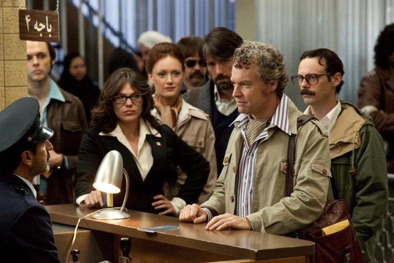 Argo: Ben Affleck in una scena del film con Tate Donovan, Kerry Bishé, Clea DuVall, Scoot McNairy
