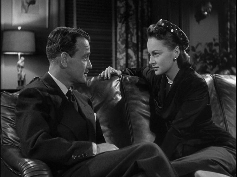 Lo specchio scuro: Lew Ayres con Olivia de Havilland in una scena del film