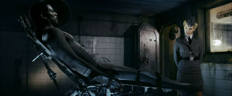 Iron Sky: Julia Dietze insieme a Christopher Kirby in una scena del film