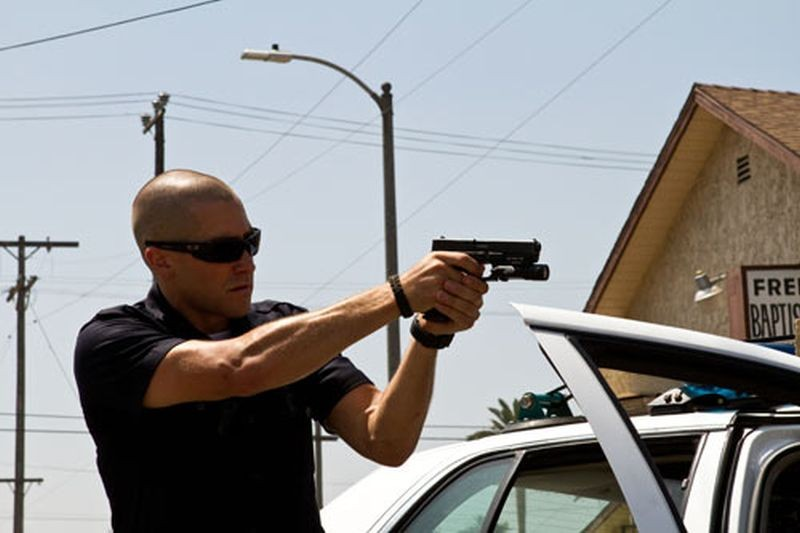 Jake Gyllenhaal in azione in una scena dell'action poliziesco End of Watch