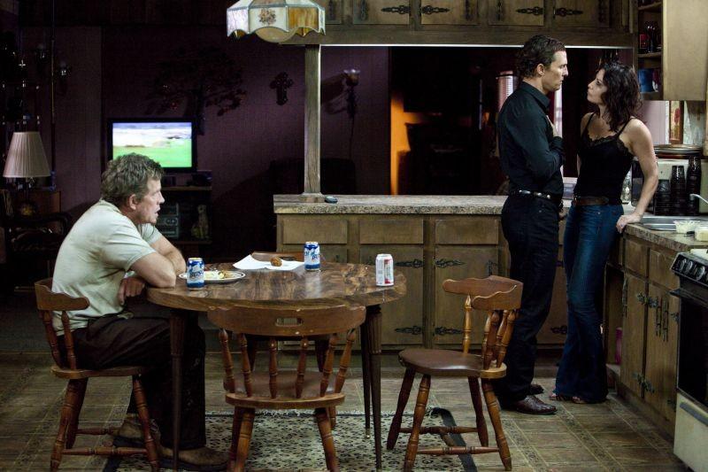 Killer Joe: Matthew McConaughey con Thomas Haden Church e Gina Gershon in una delle scene clou