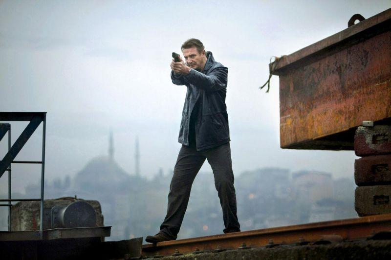 Liam Neeson durante un inseguimento sui tetti in una scena di Taken: la vendetta