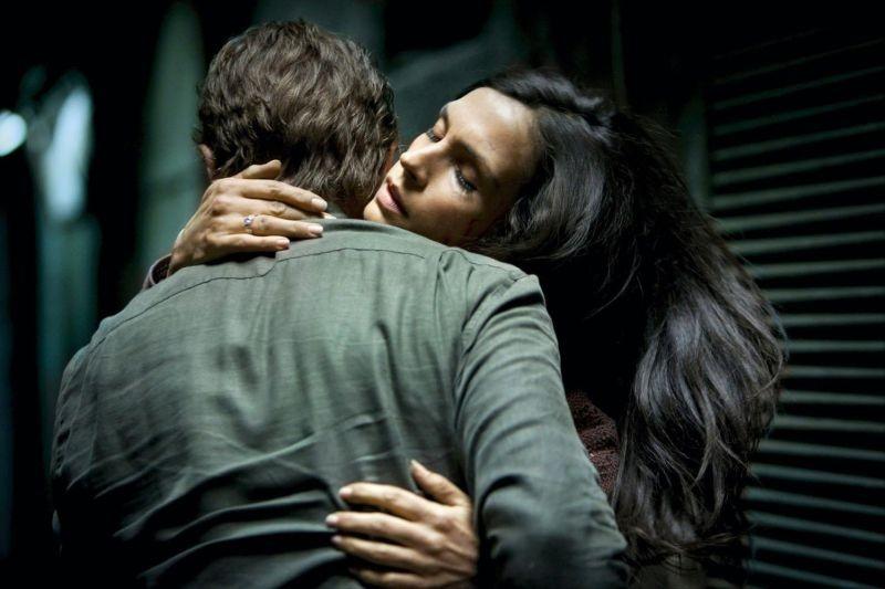Liam Neeson in una scena di Taken: la vendetta insieme alla bella Famke Janssen
