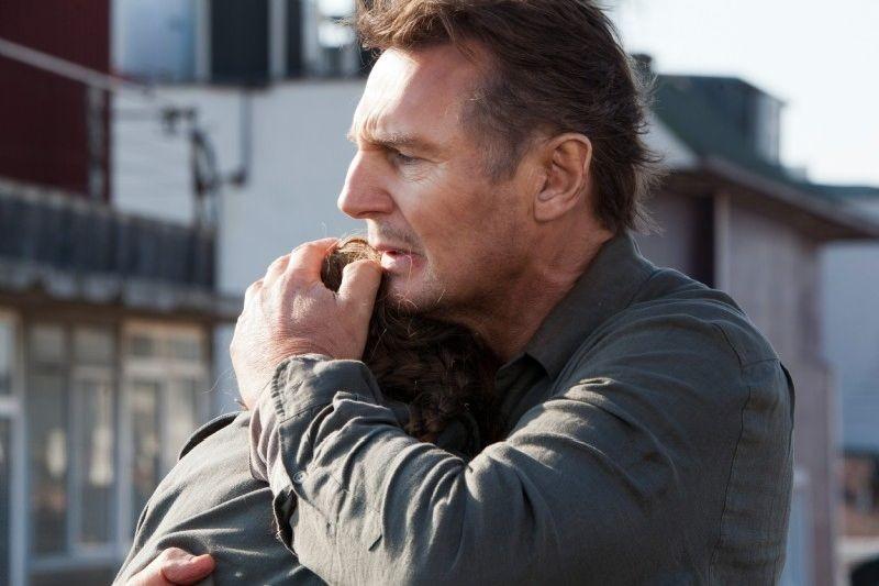 Taken: la vendetta, Liam Neeson abbraccia la 'figlia' Maggie Grace in una scena