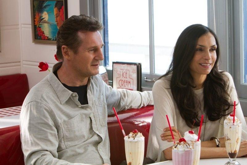 Taken: la vendetta Liam Neeson con Famke Janssen in una scena del film
