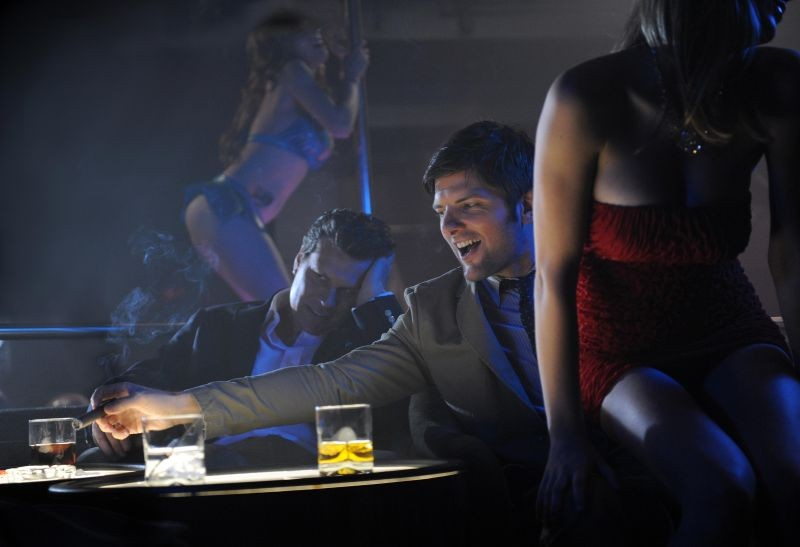 The Wedding Party: Adam Scott si gusta uno spettacolo di lap dance in una scena del film