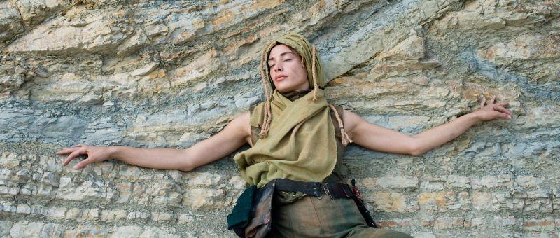 Archeo: Medea Novak, la donna, in una poetica scena del film