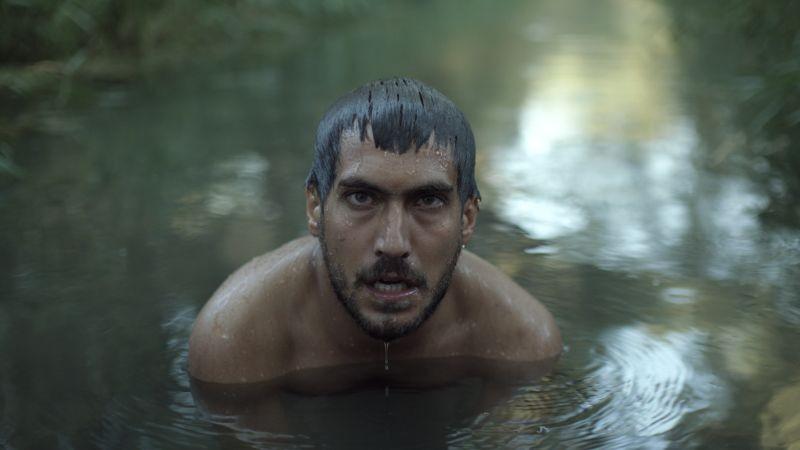 Beyond the Hill: Berk Hakman in acqua in una scena del film
