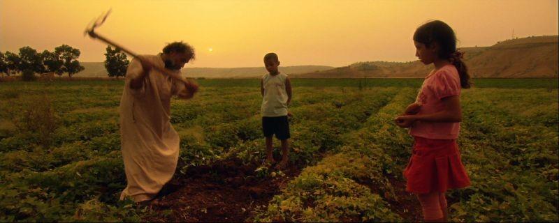 Boiling Dreams: Mohamed Benbrahim mentre coltiva la terra in una scena del film