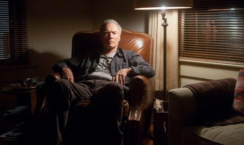 Clint Eastwood nei panni di Gus Lobel, uno scout di baseball, in una scena di Di nuovo in gioco