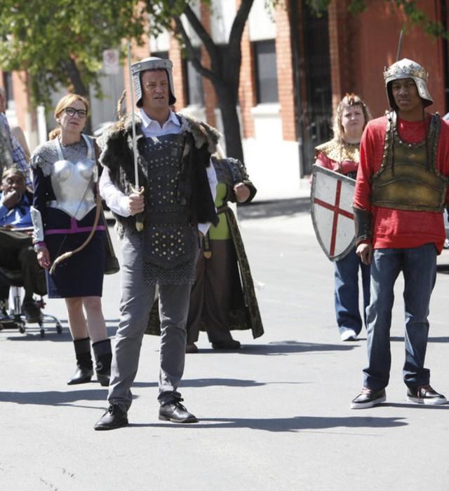 Go On: Julie White, Matthew Perry e Tyler James Williams nel pilot della serie