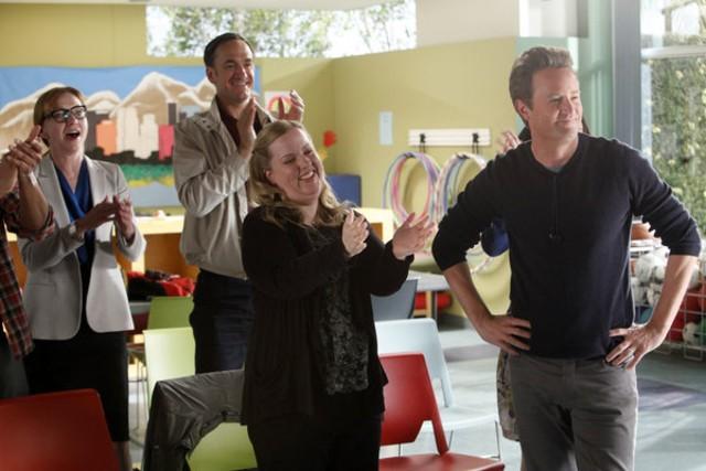 Go On: Julie White, Seth Morris, Sarah Baker e Matthew Perry nel pilot della serie