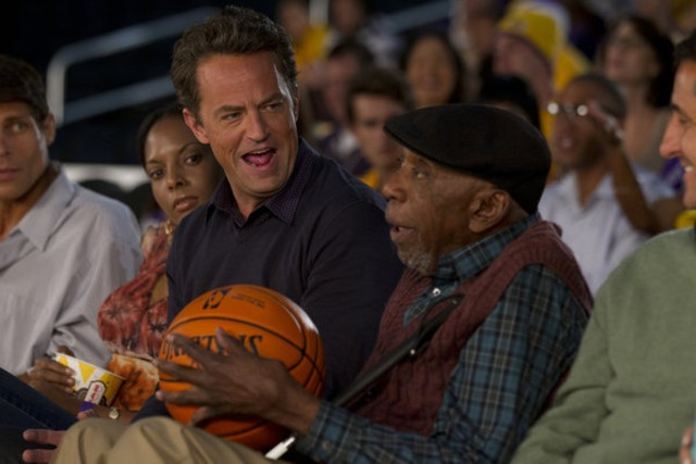 Go On: Matthew Perry e Bill Cobbs nell'episodio He Got Game, She Got Cats