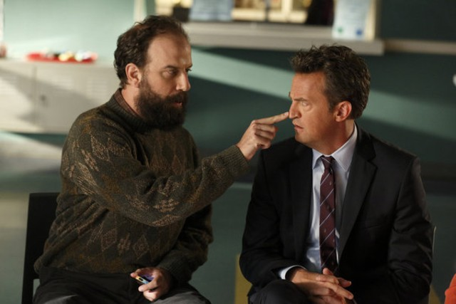 Go On: Matthew Perry e Brett Gelman nell'episodio There's No 'Ryan' in 'Team