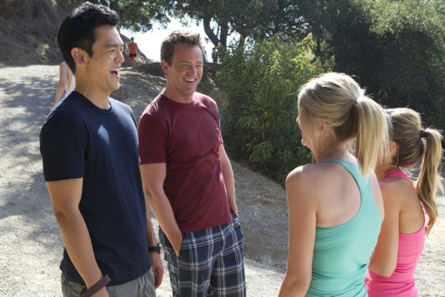 Go On: Matthew Perry e John Cho nell'episodio Do You Believe in Ghosts...Yes!