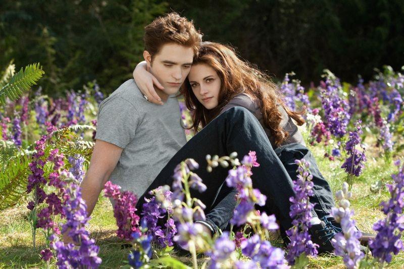 Robert Pattinson e Kristen Stewart tra i fiori in una scena di The Twilight Saga: Breaking Dawn - Parte 2