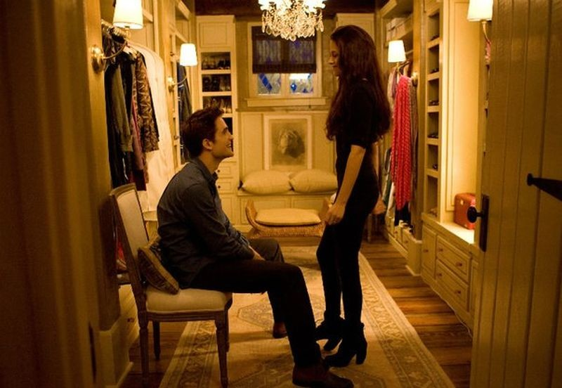 Robert Pattinson insieme a Kristen Stewart in una scena di The Twilight Saga: Breaking Dawn - Parte 2