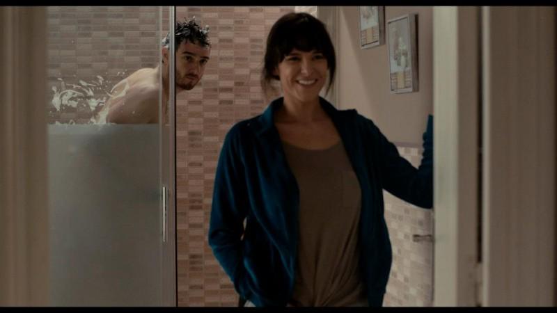 Sara Cozar con Gorka Otxoa (alle sue spalle) nella commedia spagnola Bypass