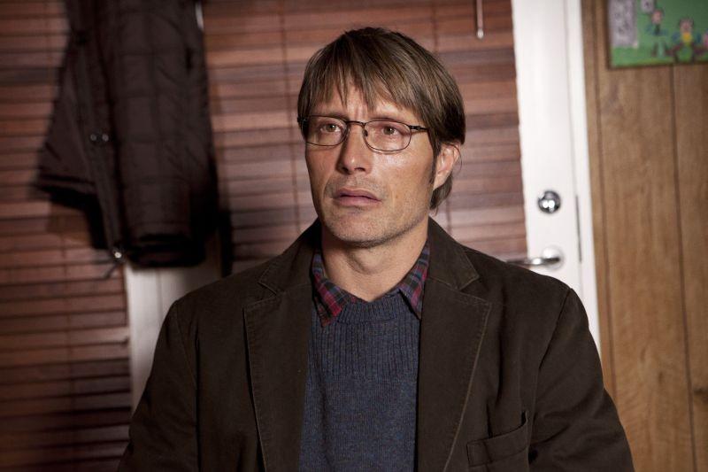 The Hunt: Mads Mikkelsen in una scena nei panni di Lucas, un giovane insegnante danese